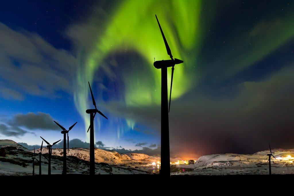 wind-farm-and-northern-lights-aurora-borealis-cana-AL8NUVQ_resize
