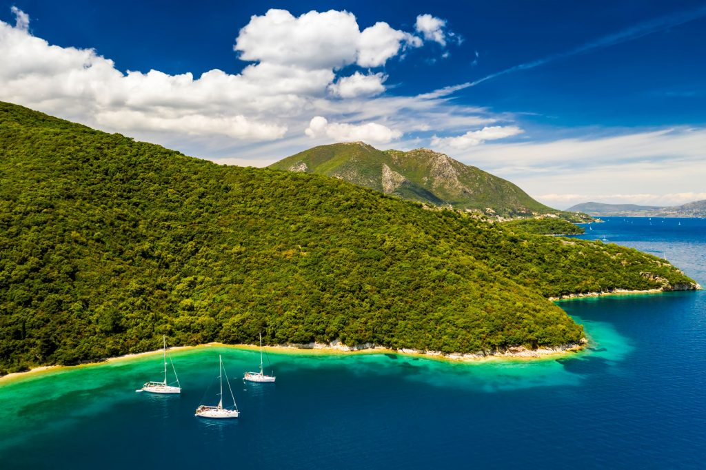 yachts-in-the-bay-near-the-green-island-summer-vac-BFLS9K5_resize