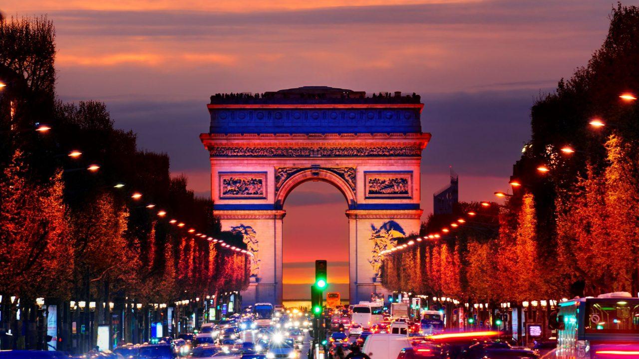 arc-de-triomphe-over-traffic-at-night-paris-ile-de-C222KVH