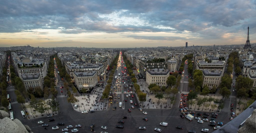 panoramic-view-of-the-champs-elysees-in-paris-at-d-UVCMMZA