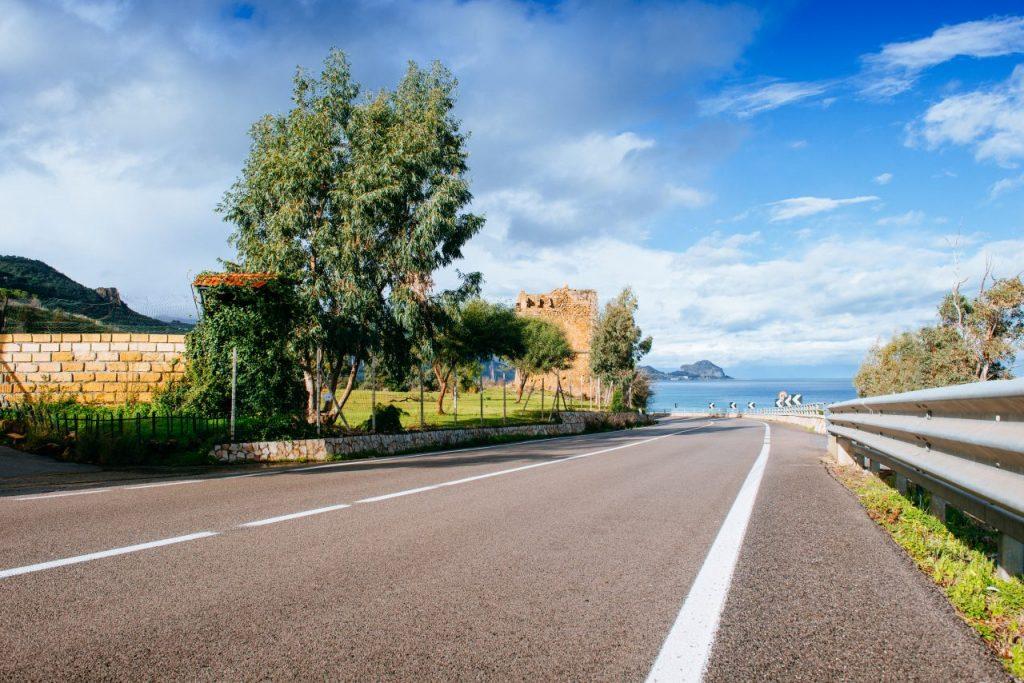 road-along-the-sea-5MR7EVH (1)