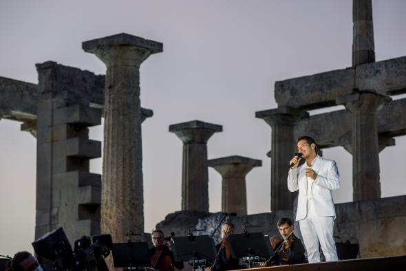 Στιγμιότυπο από τη συναυλία του Γ. Περρή «A Sunset In Greece» στο ναό της Αφαίας Αθηνάς στις 29 Σεπτεμβρίου 2020
