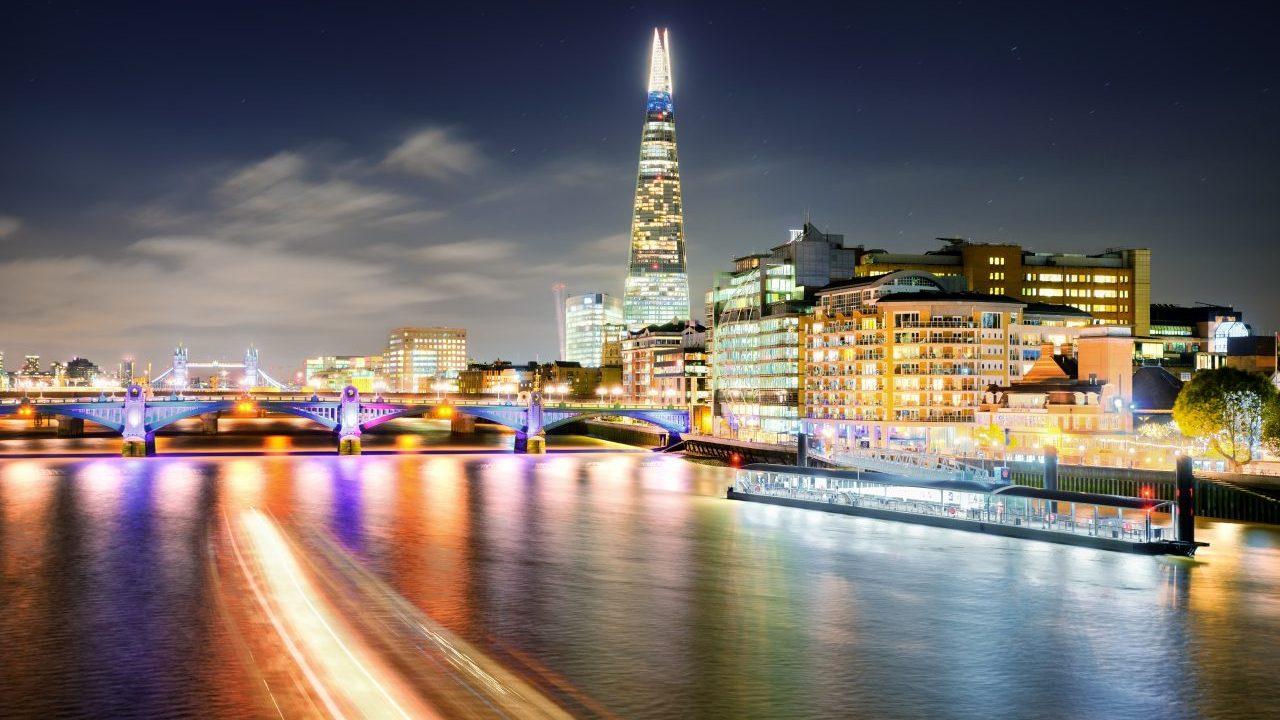 london-at-night-at-thames-river-united-kingdom-NS9UWX4