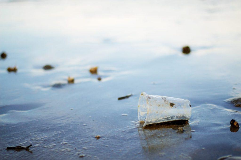 plastic-mug-on-beach-FRN3GWE